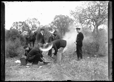 Retrato de grupo en labores agrícolas