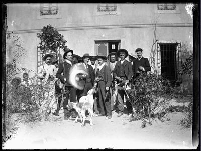 Retrato de grupo en jornada de caza frente a una casa de campo