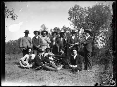 Retrato de grupo en jornada de caza en el campo