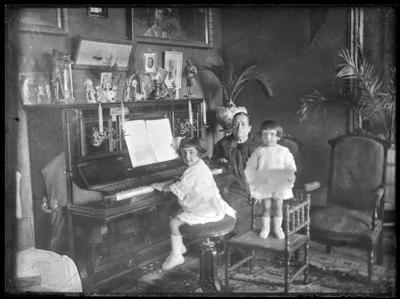 Retrato de dos niñas tocando el piano