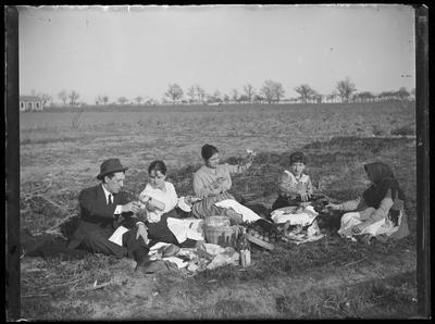Grupo de personas comiendo en el campo