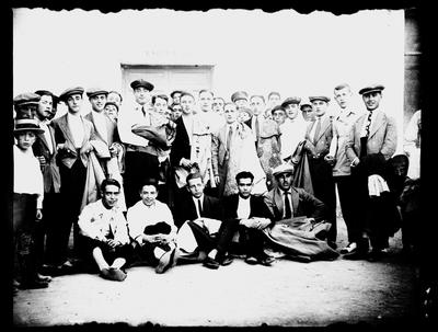 Festival taurino. Toreros y aficionados a las puertas de la enfermería de la plaza de toros de Albacete