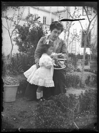 Madre con su hija en un jardín