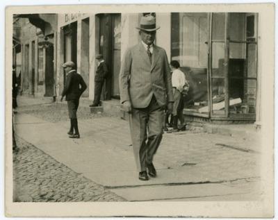 Portret mężczyzny podczas spaceru