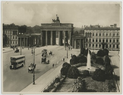 Berlin. Pariser Platz mit Brandenburger Tor.