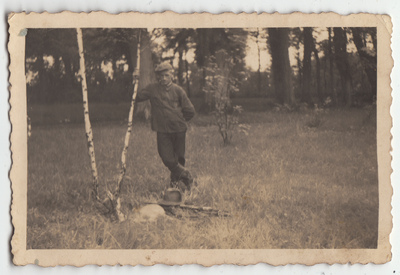 Portret mężczyzny w plenerze, po polowaniu