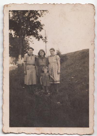 Portret Urszuli Żuchowskiej z krewnymi w plenerze