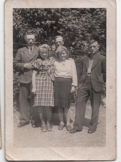 Portret krewnych rodziny Żuchowskich w plenerze