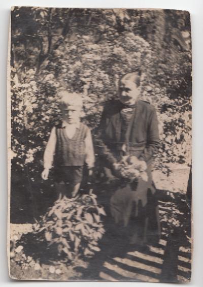 Portret kobiety i dziecka w ogrodzie