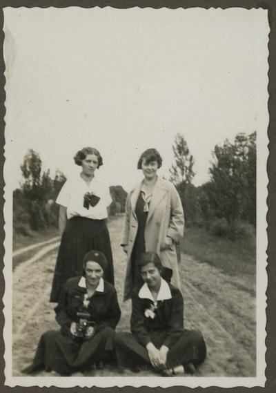 Portret czterech gimnazjalistek