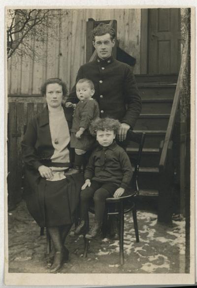 Portret rodziny Czerniewskich przed domem