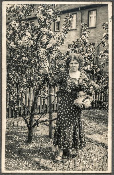 Portret Anny Hoepfner w ogrodzie