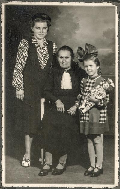 Portret dwóch kobiet z dziewczynką