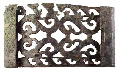 Placa de bronce decorada procedente de la cámara principesca de la necrópolis de Piquía (Arjona, Jaén, España)