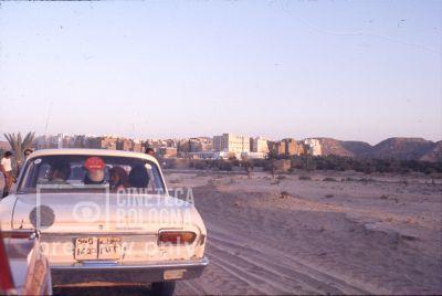 Pier Paolo Pasolini. Il fiore delle mille e una notte. 1974 / Sud Yemen, Hadramaut, Shibam all'alba, arriva la troupe