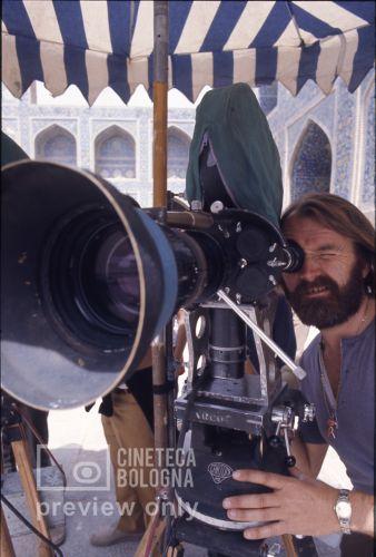 Pier Paolo Pasolini. Il fiore delle mille e una notte. 1974 / Iran - Esfahan, moschea Maden Sha, l'assistente alla regia Peter Sheperd