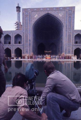 Pier Paolo Pasolini. Il fiore delle mille e una notte. 1974 / Iran, Esfahan, moschea del venerdì, Pier Paolo Pasolini gira