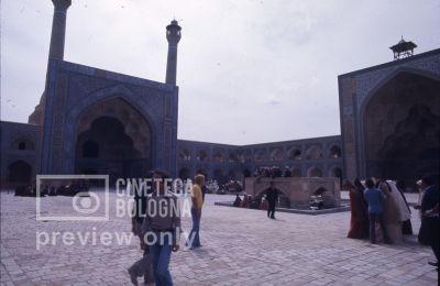Pier Paolo Pasolini. Il fiore delle mille e una notte. 1974 / Iran, Esfahan, moschea venerdì, Pier Paolo Pasolini sul set