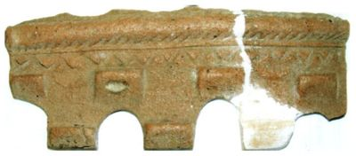 Cahlă de coronament, sub formă de zid de cetate, fragment
