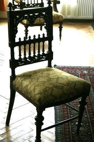 Scaun cu ornamentații la spătar