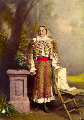 Româncă îmbrăcată în port popular de sărbătoare