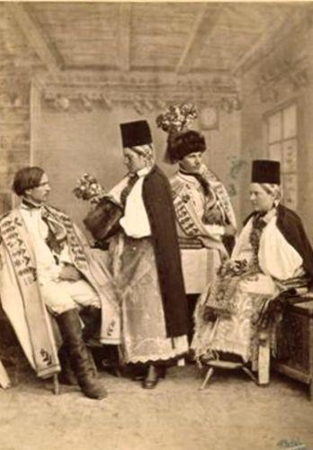 Perechi de miri în costume săsești de sărbătoare