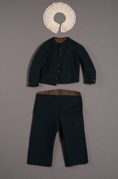Jongensensemble bestaande uit jasje, broek en losse kraag
