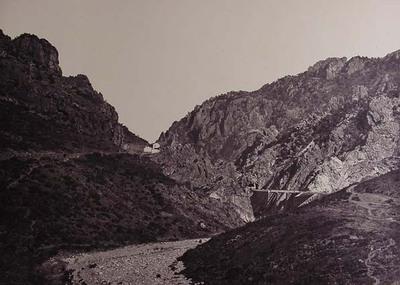 Vista general  de Despeñaperros, con los trazados del ferrocarril y de la carretera. Línea de Manzanares a Córdoba