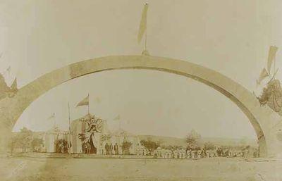 Tienda de campaña, de damasco y seda,  para recibir a SS.MM. Isabel II. Valladolid y (puente de ladrillo)