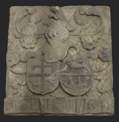 Gevelsteen met wapens van de kaaskoper Adriaen Groenhout en Ermgaard Beaumont en onderschrift Groenhout 1648