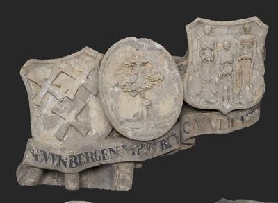 Drie wapenschilden met lint en plooien, linksboven bij reliëf hoofdingang westzijde Gereformeerd Burgerweeshuis