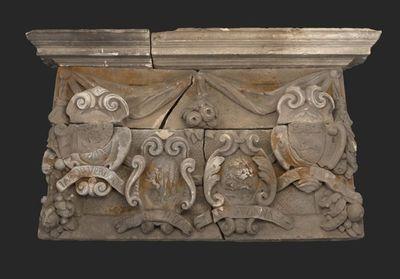 Gevelsteen poortje Proveniershuis met bovendorpel en vier wapenschilden: Jacob Verboom, Pieter Dubois, Jan Swinnas en Jan de Haes