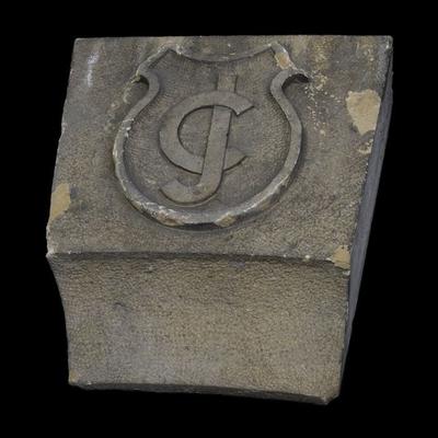Sluitsteen met schild met monogram CJ (C. Jamin)
