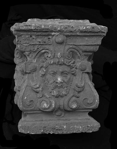 Basement van schoorsteen met drie mannenkoppen