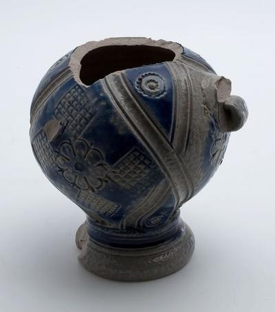 Steengoed kan, klein model met blauwe decoratie, op standvoet