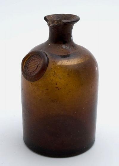 Bruine fles met zegel, apothekersfles