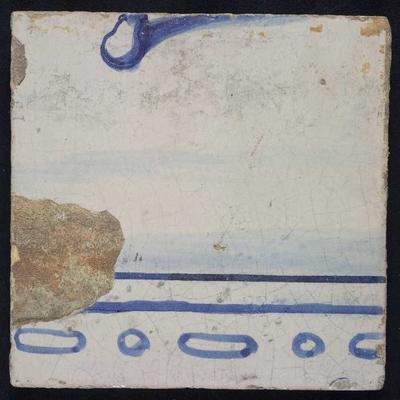 Tegel van tegeltableau blauw, wit fond, twee aaneensluitende bijbelse taferelen, onderdeel veldslag met Romeinse soldaten, onderlichaam man en tent, voeten twee mannen, onderrand