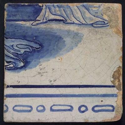 Tegel van tegeltableau blauw, wit fond, twee aaneensluitende bijbelse taferelen, onderdeel veldslag met Romeinse soldaten, onderrand van stukken doek