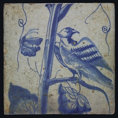 Blauwe tegel met omkijkende vogel op druivenblad, vlinder, van schoorsteenpilaster met 13 tegels, boom van druiventrossen met vogels, graan, bladeren, voet onbekend