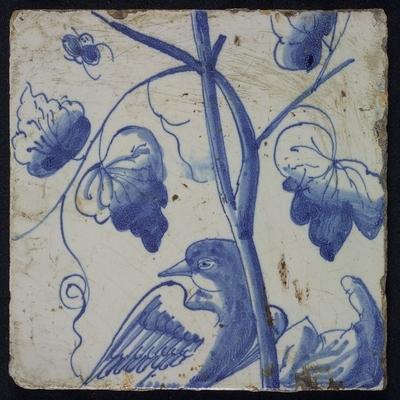 Blauwe tegel met naar links omkijkende vogel op druivenblad, vliegende kever, van schoorsteenpilaster met 13 tegels, boom van druiventrossen met vogels, graan, bladeren, voet onbekend