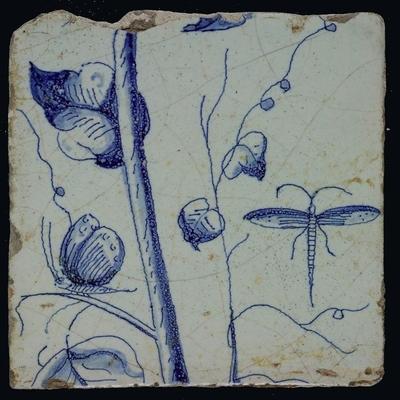 Wazige blauwe tegel op lichtblauw met stam, libelle en vlinder, bladeren en ranken behorend bij schoorsteenpilaster met 13 tegels, boom van druiventrossen met vogels, insecten, graan en bladeren