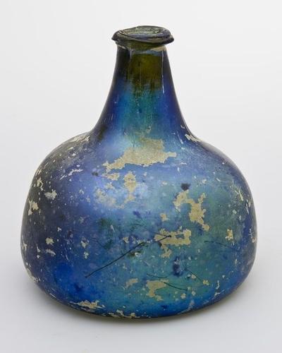 Rondbuikige fles met afgeplatte zijden in helder lichtgroen glas, geiriseerd, gebroken, gelijmd