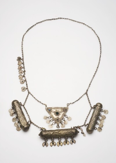 Zilveren halsketting met drie amulethouders