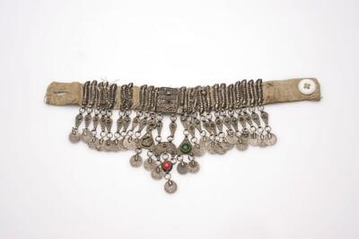 Katoenen halssieraad met zilveren hangers