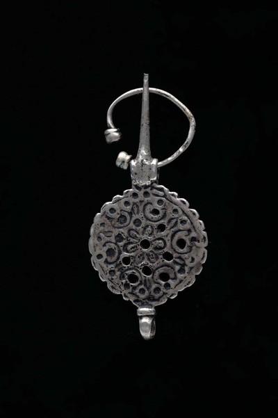 Zilveren kledingspeld met rozetmotief