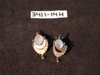 Een paar oorhangers van zilveren munten