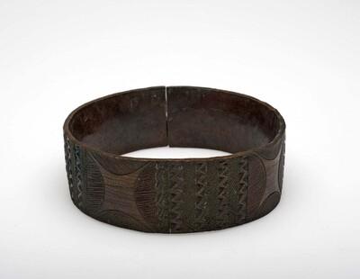 Koperen enkelband, versierd met geciseleerde zigzag lijnen