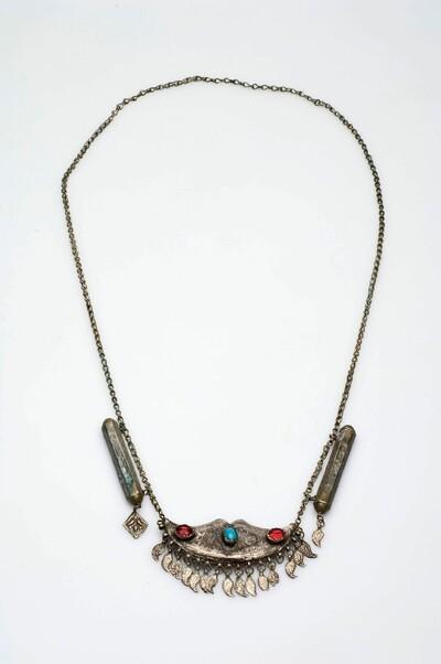 Ketting met hanger en twee amuletdoosjes van zilverlegering