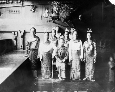 Group portrait including siulus