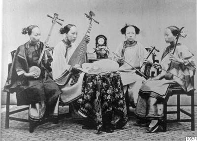 sanxian, pipa, erhu, folkdräkt, musikinstrument, stolar, bordsur, duk, musikgrupp, stränginstrument, verksamhet, fotografi, photograph@eng